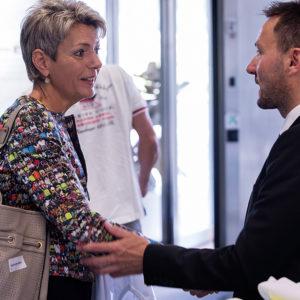 Die Hauptrednerin, Ständerätin Karin Keller-Sutter wird vom Autor und Gastgeber Gregor Loser verabschiedet.