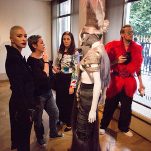 """Kollektionspräsentation """"Paris hait gris"""" in der Galerie Jocye in Paris von Charlie Le Mindu mit Hairdreams-Haaren"""
