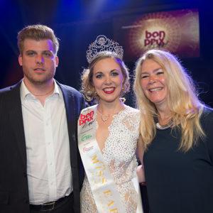 Miss Earth Schweiz 2015 heisst Corinne Schädler mit Freund und Mutter