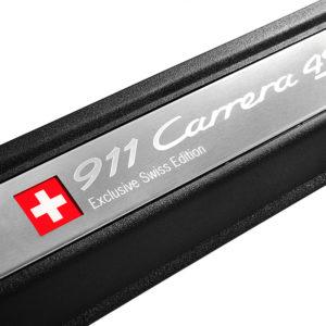 """Beleuchtete Einstiegsblenden aus gebürstetem Edelstahl mit """"911 Carrera 4S Exclusive Swiss Edition""""-Schriftzug"""