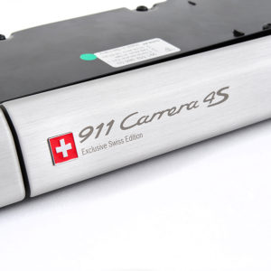 """Zierblende der Schalttafel aus gebürstetem Aluminium mit geätztem Schriftzug """"911 Carrera 4S – Exclusive Swiss Edition"""""""