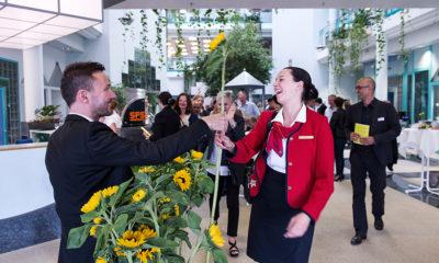 Autor und Gastgeber Gregor Loser verabschiedete sich von jedem Gast persönlich und überreichte eine Sonnenblume als Abschiedsgeschenk.
