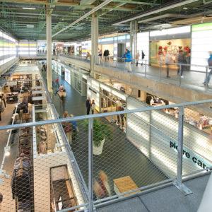 Zwei barrierefreie Etagen bieten ein bequemes Shopping-Erlebnis.