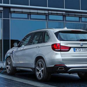 Tankstelle - BMW X5 xDrive40e - das erste Plug-in-Hybrid-Serienautomobil